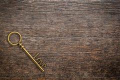 爱的葡萄酒钥匙在与空间的木背景 华伦泰 免版税库存照片