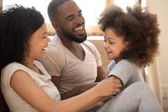 爱的黑家庭放松的接合在卧室早晨 库存照片