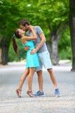 爱的年轻夫妇恋人亲吻在夏天的停放 免版税库存照片