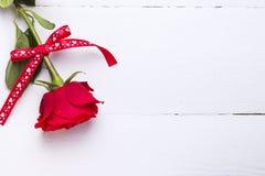 爱红色玫瑰在白色木背景的 免版税库存图片