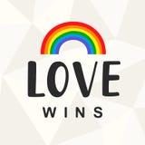 爱胜利 与手书面字法的同性恋自豪日口号 向量例证