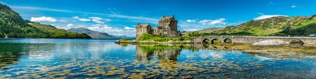 爱莲・朵娜城堡在一个温暖的夏日期间- Dornie,苏格兰 免版税库存照片