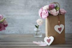 爱葡萄酒与玫瑰和心脏的静物画背景 库存图片