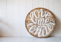 爱词 爱我嫩 在木背景写的信 库存图片