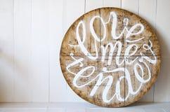 爱词 爱我嫩 在木背景写的信 免版税库存照片
