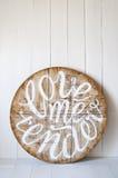 爱词 爱我嫩 在木背景写的信 图库摄影