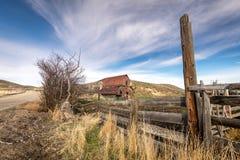 爱达荷大农场的土气老生锈的谷仓 库存图片