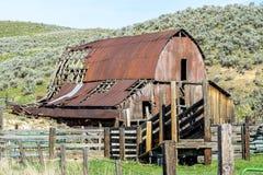 爱达荷有木篱芭的沙漠谷仓 免版税库存图片
