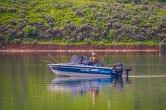 爱达荷,美国, 2018年5月23日:室外观点的一条小船的未认出的人一天在湖中间的渔 图库摄影