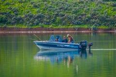 爱达荷,美国, 2018年5月23日:室外观点的一条小船的未认出的人一天在湖中间的渔 免版税库存照片