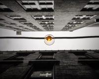 爱迪生电灯泡被串起在两个街市大厦之间在亚特兰大 免版税库存图片