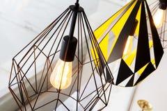 爱迪生的电灯泡和灯在现代样式咖啡店 温暖的口气照片 库存图片
