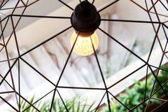 爱迪生的电灯泡和灯在现代样式咖啡店 温暖的口气照片 免版税库存图片
