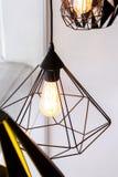 爱迪生的电灯泡和灯在现代样式咖啡店 温暖的口气照片 免版税库存照片