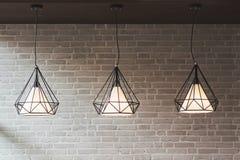 爱迪生` s电灯泡和灯在现代样式 温暖的口气光Bu 图库摄影