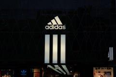 爱迪达商店商标在法兰克福 库存图片