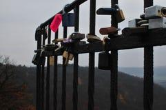 爱锁在栏杆的 免版税库存图片