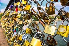 爱锁在桥梁的在巴黎 爱和从一而终的概念 恋人永恒爱的吊锁 库存照片
