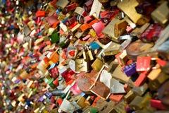 爱锁,在人群的一对夫妇 库存照片