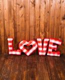 爱长毛绒红色信件的词在木角落的 图库摄影