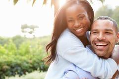爱非裔美国人的夫妇画象在乡下 库存照片