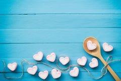 爱题材和华伦泰backgr的桃红色心脏形状蛋白软糖 免版税库存照片