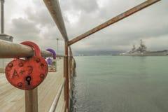 爱,在一个码头束缚的心形的锁的标志在Novorossi 免版税库存照片