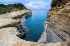 爱,运河d `私通频道在Sidari corfu希腊海岛 库存照片