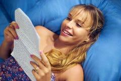 爱读书信件的女孩从男朋友 免版税库存图片