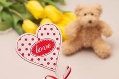 爱 心爱的礼品 花和玩具 免版税库存图片