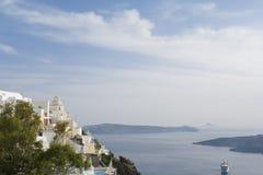 爱琴海小船fira老santorini海运视图火山 免版税库存图片