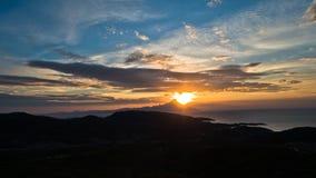 爱琴海希腊海岸日出的在圣洁山Athos附近 免版税库存照片