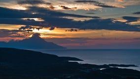 爱琴海希腊海岸日出的在圣洁山Athos附近 库存图片