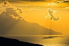 爱琴海希腊海岸日出的在圣洁山Athos附近 免版税图库摄影