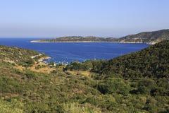 从爱琴海海湾的山的看法  免版税图库摄影