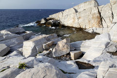 爱琴海海滨和大理石岩石在Aliki 免版税图库摄影