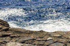 爱琴海蓝色海运 沿岸航行岩石 图库摄影