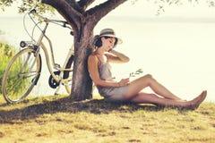 爱enjoyng的美丽的休眠妇女日落 图库摄影