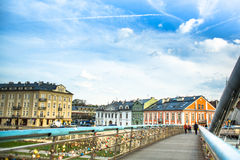 爱Kladka Bernatka桥梁充满爱的挂锁 人行桥Ojca Bernatka -在维斯瓦河的桥梁 免版税库存图片