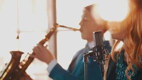 爵士乐二重奏在餐馆执行 歌唱家 萨克斯管吹奏者减速火箭的样式 聚光灯 股票视频