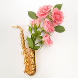 爵士乐天 有花的萨克斯管 平的位置,顶视图 库存照片
