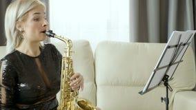 爵士乐执行在萨克斯管的萨克管演奏员在客厅 股票视频