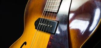 爵士乐有一个焦点的Archtop吉他在电子提取 免版税库存图片