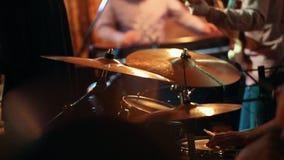 爵士乐队` s音乐比赛,在有鼓的前景鼓手 股票视频