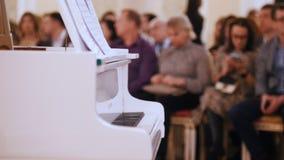 爵士乐音乐会在音乐厅里 钢琴和观众在背景 股票录像