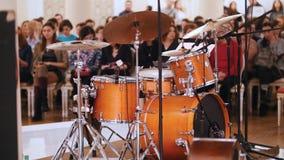 爵士乐音乐会在音乐厅里 鼓成套工具和观众在背景 股票录像
