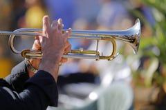 爵士乐音乐家弹他光亮的喇叭 免版税库存照片