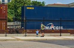 父亲、儿子和火车 库存照片