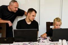 父亲、儿子和duaghter与便携式计算机一起 免版税库存图片