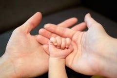 父亲、母亲和新出生的婴孩的手 免版税图库摄影